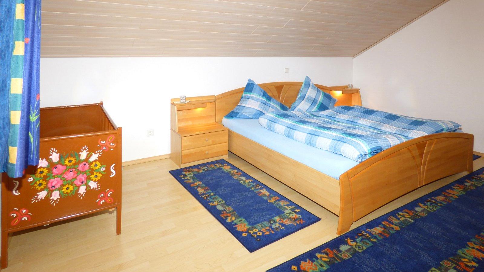ferienwohnungen-zandt-ferienhaus-schlafzimmer-kinderbett-1600